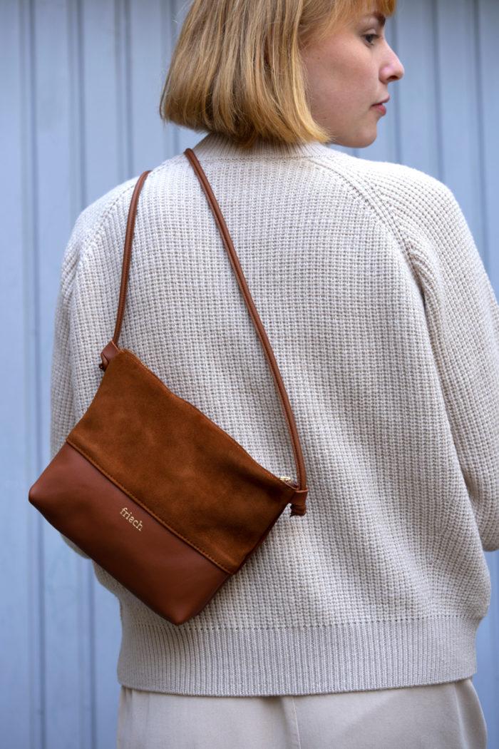 ProProduktbild Handtasche Erde aus Glatt- und Wildleder gefertigt mit goldener Prägung und einer Kombination aus Wild- und Glattleder