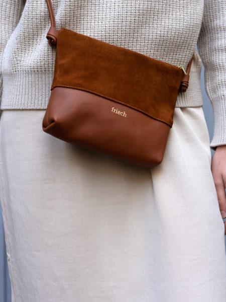 Produktbild Handtasche Erde auf beigen Outfit