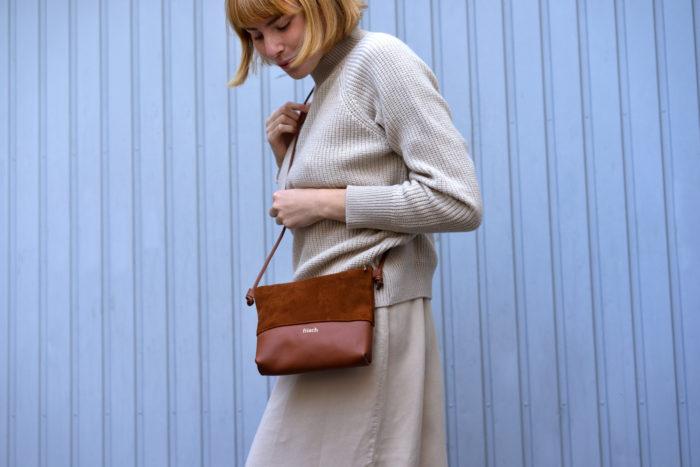 Modell trägt Handtasche Erde gefertigt aus Glatt- und Veloursleder in braun