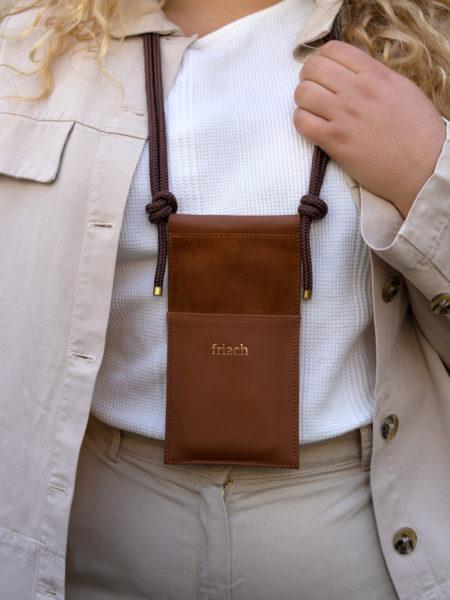 Produktbild Handytasche Erde mit verstellbarer Kordel als Brustbeutel getragen
