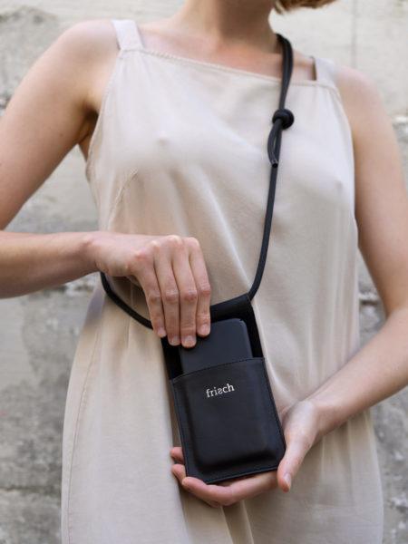 Handtasche aus Leder in schwarz mit silber Prägung mit verstellbarer Kordel an Modell